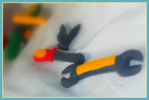 filcowy klucz, śrubokręt i śrubki