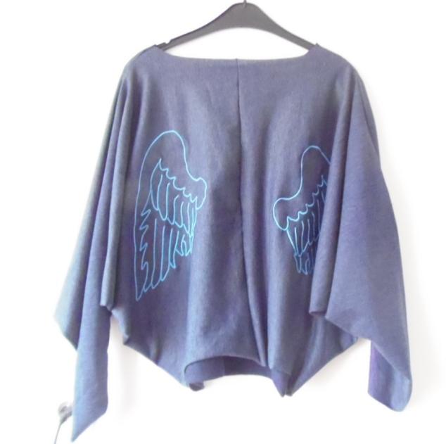 Niebieski nietoperz ze skrzydłami