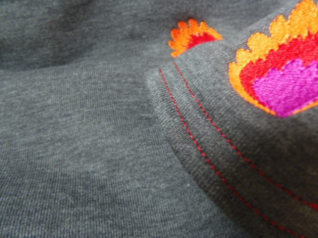Folkowy kwiatek haftowany na czapce i kominie z dzianiny grafitowej, ocieplanej