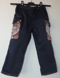Spodnie z mapą na kieszeniach