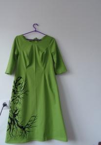 Zielona dzianinowa sukienka ręcznie malowana - przód