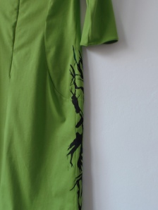 Zielona dzianinowa sukienka ręcznie malowana - tył